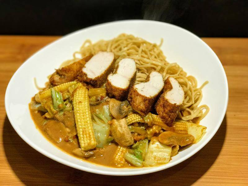 Curry spiced chicken with Thai vegetables & noodles