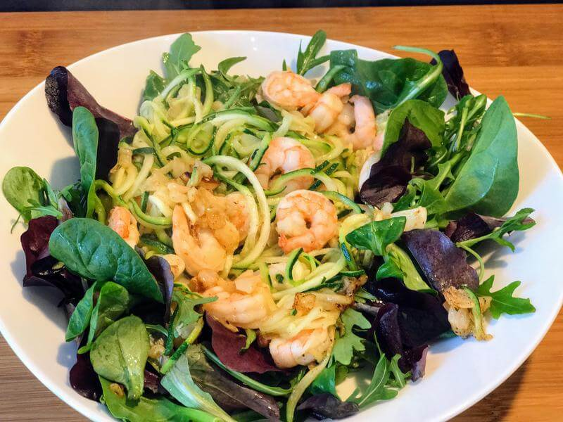 Garlic prawn & courgetti salad